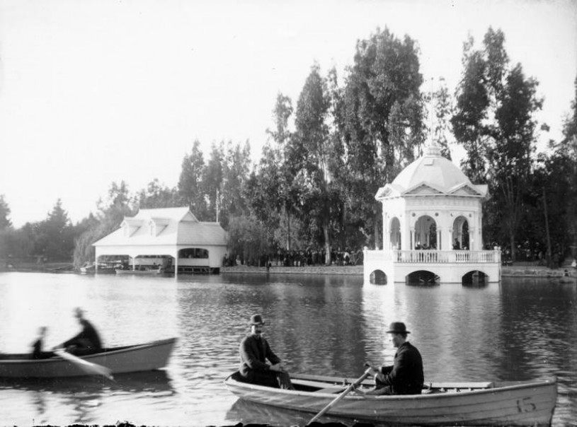 Lincoln park lake with boaters